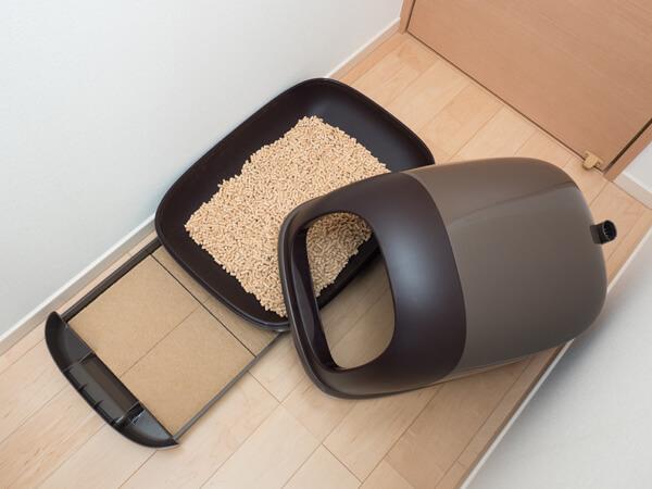 茶色いドーム型猫トイレと猫砂