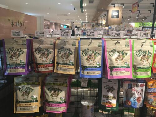 6種類のグリニーズが販売されているペットショップ