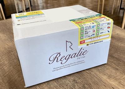 白い箱に書かれたレガリエのロゴ